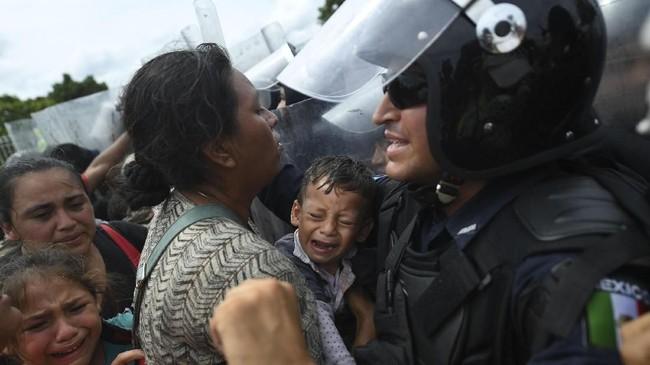 Mereka bergerak setelah beredar di media sosial yang mengajak untuk mengikuti imigran lain yang keluar dari Honduras enam bulan sebelumnya (Photo by Pedro Pardo / AFP)