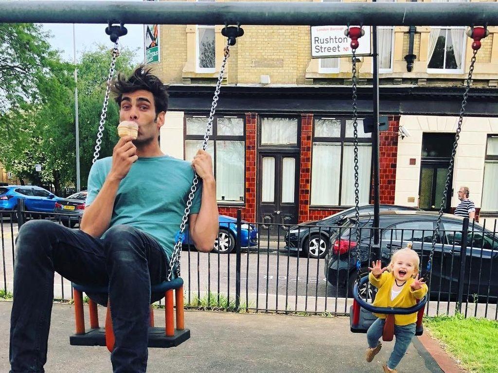 Berbodi Kekar, Model Spanyol Jon Kortajarena Ternyata Suka Es Krim