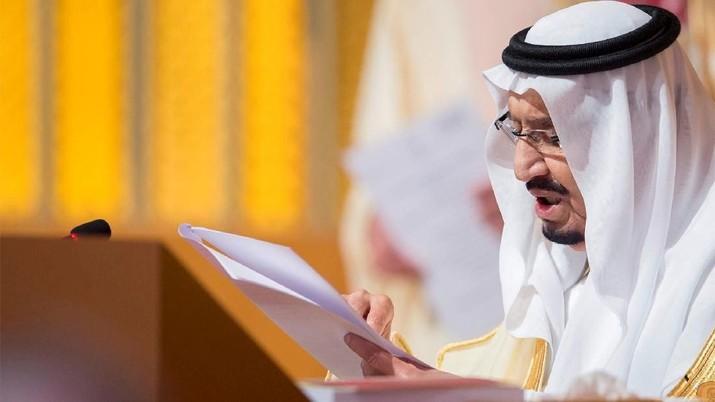 FILE PHOTO: Saudi Arabia's King Salman bin Abdulaziz Al Saud talks during the opening of 29th Arab Summit in Dhahran, Saudi Arabia April 15, 2018. Bandar Algaloud/Courtesy of Saudi Royal Court/Handout via REUTERS THIS IMAGE HAS BEEN SUPPLIED BY A THIRD PARTY/File Photo