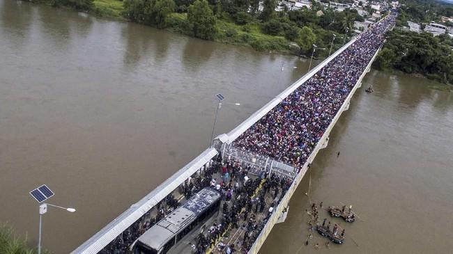 Ratusan imigran asal Honduras mencoba menerobos perbatasan Meksiko dalam usaha mereka menuju Amerika Serikat.(Photo by Pedro Pardo / AFP)