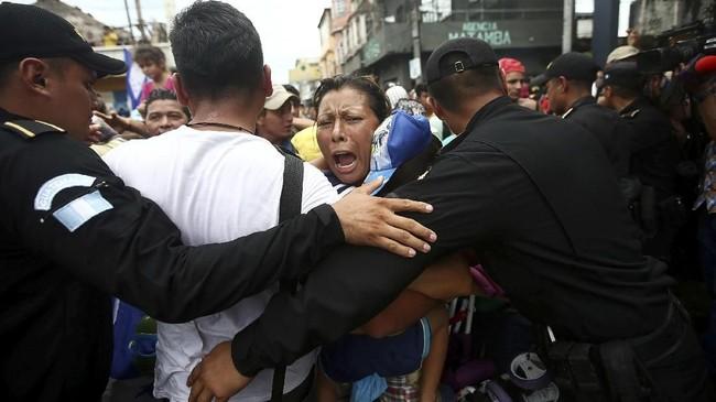Imigran Honduras ini telah melakukan perjalanan panjang menggunakan karavan melintasi Guatemala (REUTERS/Edgard Garrido)