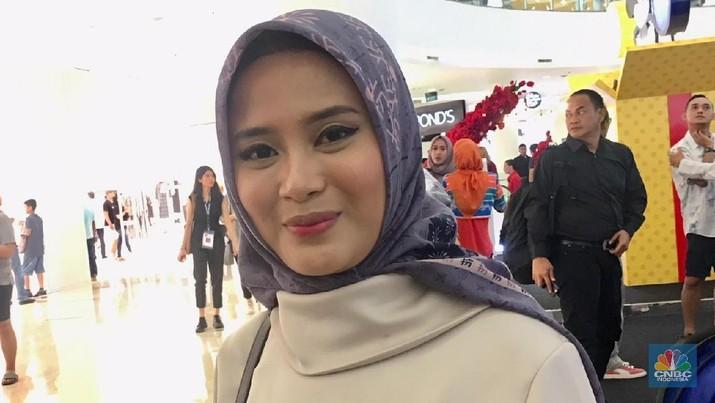 Restu Anggraini mengeluarkan koleksi baru berupa hijab berteknologi anti-air di Jakarta Fashion Week (JFW) 2019.