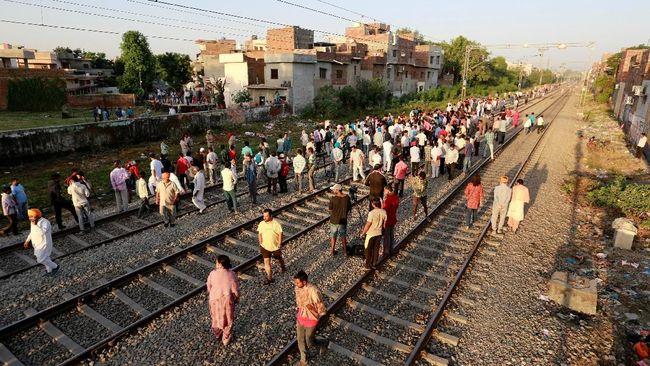 Kereta Api Terabas Kerumunan di India, 59 Tewas Puluhan Luka