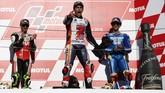 Marc Marquez berada di podium MotoGP Jepang 2018 bersama Alex Rins (kanan) dan Cal Crutchlow (kiri). (REUTERS/Toru Hanai)