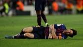 Wasit Juan Martinez Munuera tidak menghentikan pertandingan saat Lionel Messi terjatuh karena menganggap Franco Vazquez tidak melakukan pelanggaran. (REUTERS/Albert Gea)