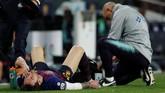 Lionel Messi mendapat perawatan di pinggir lapangan. Pelatih Ernesto Valverde masih berharap pemain asal Argentina itu bisa meneruskan pertandingan. (REUTERS/Albert Gea)