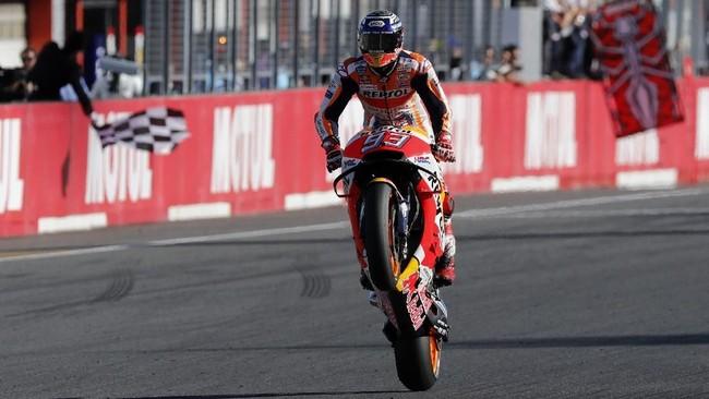 Marc Marquez menjadi pebalap yang finis pertama pada MotoGP Jepang 2018 dengan catatan waktu 42 menit 36,438 detik. (REUTERS/Toru Hanai)