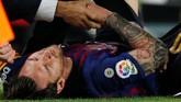 Laga Barcelona vs Sevilla kemudian dihentikan sejenak untuk memberi kesempatan Lionel Messi mendapat perawatan medis. (REUTERS/Albert Gea)