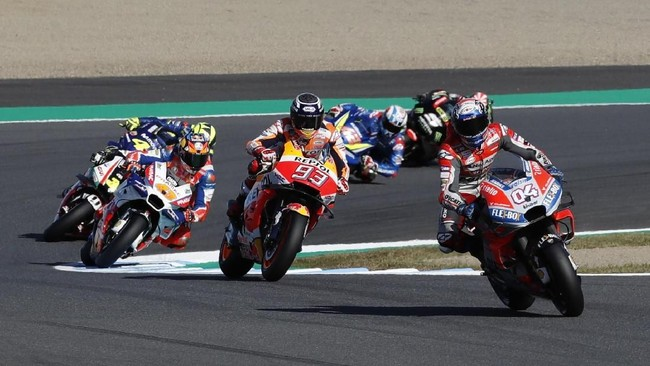 Marc Marquez melakukan start di MotoGP Jepang 2018 dengan baik. Berada pada posisi start keenam, Marquez langsung melesat ke jajaran tiga besar. Baby Alien itu bahkan sempat berada di belakang Andrea Dovizioso pada lap ketiga. (REUTERS/Toru Hanai)