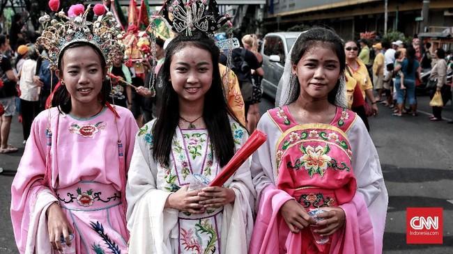 Anak perempuan Tionghoa dari kawasan Pecinan Glodok ikut serta dalam pawai dengan mengenakan kostum Dewi Kwan Im (Tengah). CNN Indonesia/Andry Novelino