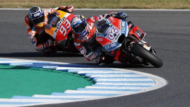 Marc Marquez terus memberikan tekanan kepada Andrea Dovizioso hampir sepanjang balapan sebelum akhirnya mampu merebut posisi pebalap terdepan pada lap ke-20. (REUTERS/Toru Hanai)