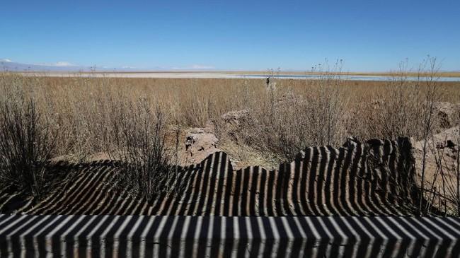Dalam penelusuran Reuters, Albermale dan SQM pernah salingtuding terkait pemompaan air asin di Salar. Masing-masing menuduh lawan telah mengambil air asin dalam jumlah melebihi kuota. (REUTERS/Ivan Alvarado)