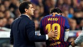 Setelah delapan sepuluh mendapat perawatan medis, Lionel Messi dipastikan tidak bisa melanjutkan pertandingan dan posisinya digantikan Ousmane Dembele pada menit ke-26. (REUTERS/Albert Gea)