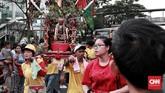 Patung dewa yang di gotong warga Tionghoa di Acara Kirab Budaya dan Ruwat Bumi dari klenteng sejabotetabek di kawasan Glodok. CNN Indonesia/Andry Novelino