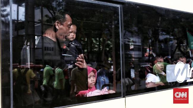 Masyarakat yang melintas menggunakan Transportasi umum juga dapat menikmati acara Kirab Budaya dan Ruwat Bumi. CNN Indonesia/Andry Novelino