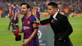 Lionel Messi menerima penghargaan Pemain Terbaik La Liga bulan September sebelum Barcelona vs Sevilla di Camp Nou, Sabtu (20/10) waktu setempat. Messi menerima penghargaan dari mantan pemain Barcelona Javier Saviola. (REUTERS/Albert Gea)