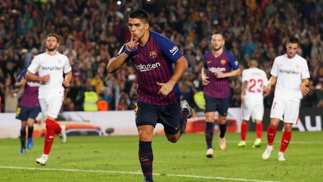 Barcelona akhirnya memastikan kemenangan 4-2 atas Sevilla lewat dua gol tambahan dari Luis Suarez dan Ivan Rakitic. (REUTERS/Albert Gea)