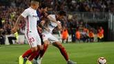 Laga memasuki menit ke-16, Lionel Messi melakukan perebutan bola dengan pemain Sevilla Franco Vazquez yang berujung dengan cedera tangan kanan. (REUTERS/Albert Gea)
