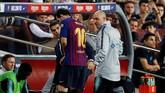 Lionel Messi meninggalkan lapangan Camp Nou. Pihak Barcelona memastikan Messi akan absen tiga pekan karena cedera patah tulang tangan kanan. Messi pun dipastikan absen saat melawan Real Madrid, 28 Oktober mendatang. (REUTERS/Albert Gea)