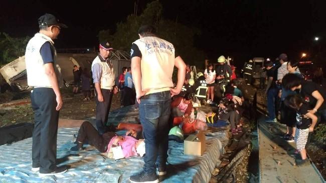 Otoritas kesehatan meminta warga menyumbangkan darah mereka untuk membantu pengobatan korban terluka. (Military News Agency/Handout via Reuters)