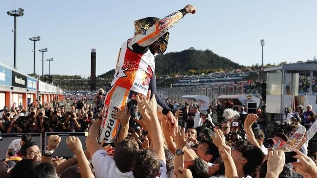 Marc Marquez memastikan gelar juara MotoGP 2018 dengan menyisakan tiga balapan lagi, yakni di Malaysia, Australia, dan Valencia. (REUTERS/Toru Hanai)