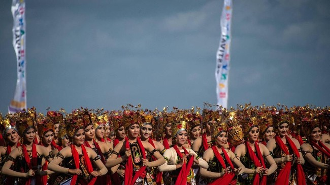 "Gandrung Sewu 2018 mengusung tema ""Layar Kumendung"". (Juni Kriswanto / AFP)"