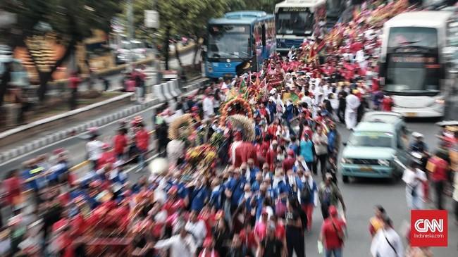 Warga Tionghoa dari wilayah Jabodetabek menggelar acara Jakarta Kirab Budaya dan Ruwat Bumi 2018 dengan menggotong toapekong di kawasan Glodok, Jakarta, Minggu, 21 Oktober 2018. CNN Indonesia/Andry Novelino