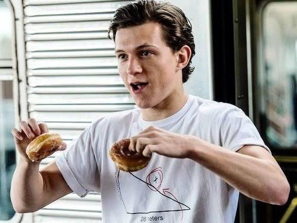 Gaya Asyik Tom Holland Saat Makan Donat dan Pizza