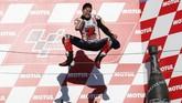 Marc Marquez melonjak girang merayakan gelar kelima di lintasan MotoGP. Musim balap 2018 dipastikan menjadi milik Marquez setelah pebalap Repsol Honda itu mengumpulkan 296 poin dan tidak mungkin dikejar pebalap-pebalap lainnya. (REUTERS/Toru Hanai)
