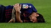 Lionel Messi mengerang kesakitan sebelum mendapat bantuan dari tim medis Barcelona. (REUTERS/Albert Gea)