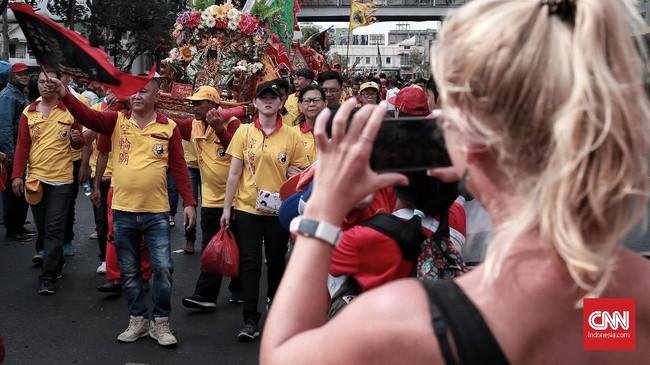 Acara tersebut memiliki daya tarik untuk wisatawan asing dan masyarakat sekitar jalan Hayam Wuruk. Jakarta. CNN Indonesia/Andry Novelino