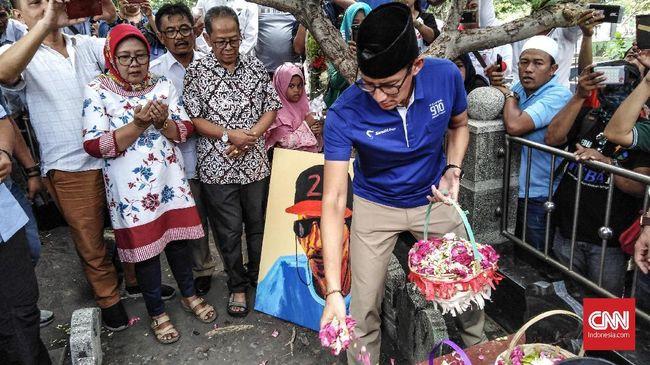 Sandiaga Minta Maaf Langkahi Makam Pendiri NU Kiai Bisri