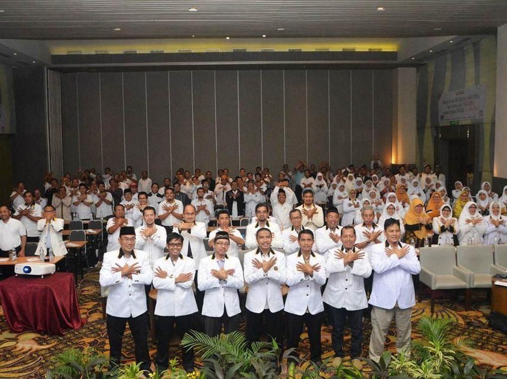 Ketua Umum DPW PKS DKI Jakarta Syakir Purnomo dan Ketua DPD PKS se-DKI Jakarta berfoto bersama dengan simbol jari angka 8 dalam rapat kerja wilayah 2018. Istimewa/PKS.