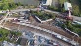 Kecelakaan itu mengakibatkan empat gerbong terbalik dan delapan gerbong lain yang berisi 366 penumpang tergelincir di tikungan rel. (AFP Photo/Daniel Shih)