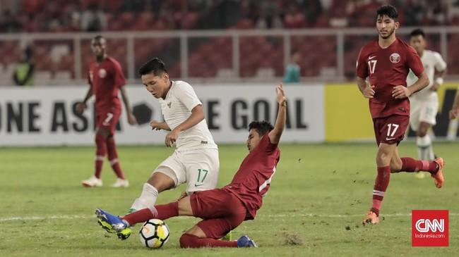 Umpan Syahrian Abimanyu diintersep pemain timnas Qatar U-19. Mencoba bermain dengan penguasaan bola, para pemain Timnas Indonesia U-19 kerap melakukan kesalahan-kesalahan umpan. (CNN Indonesia/Hesti Rika)