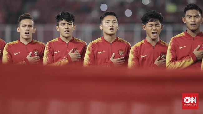 Pesepakbola timnas Indonesia U-19 menyanyikan lagu Indonesia Raya sebelum bertanding melawan Qatar U-19 pada laga Grup A Piala Asia U-19 2018 di Stadion Utama Gelora Bung Karno, Jakarta (21/10). (CNN Indonesia/Hesti Rika)