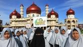 Sejumlah santriwati mengikuti pawai peringatan Hari Santri Nasional di Meulaboh, Aceh Barat, Aceh. Jumat (19/10). Hari Santri Nasional ditetapkan pada 22 Oktober berdasarkan usulan pertemuanberbagai ormas Islam di Bogor pada 22 April 2015. (ANTARA FOTO/Syifa Yulinnas)