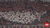 Suporter timnas Indonesia U-19 menampilkan koreografi bendera Merah Putih di SUGBK. Dukungan para suporter tak mematahkan semangat Garuda Nusantara kendati sempat tertinggal jauh dari Qatar. (CNN Indonesia/Hesti Rika)