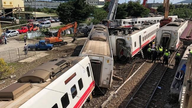 Aparat belum mengetahui penyebab kecelakaan ini, tapi mereka sudah membuka kembali layanan kereta pada Senin (22/10). (Reuters/Yimou Lee)