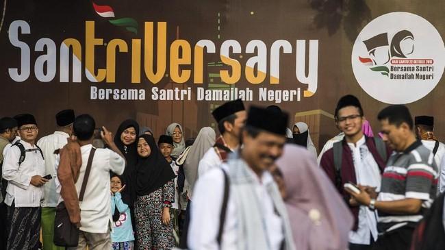Sejumlah santri berfoto sebelum menghadiri Puncak perayaan Hari Santri Nasional 2018 di lapangan Gasibu, Bandung, Jawa Barat, Minggu (21/10/2018). HSN diperingati saban 22 Oktober berdasarkan Kepres Nomor 22 Tahun 2015 yang ditandatangani Presiden RI Jokowi pada 15 Oktober 2015. (ANTARA FOTO/M Agung Rajasa)