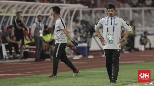 Pelatih timnas Indonesia U-19, Indra Sjafri tampak frustrasi melihat para penggawanya tertinggal dengan banyak gol. Indra seperti memaksakan penguasaan bola kendati aliran umpan-umpan tak berjalan lancar. (CNN Indonesia/Hesti Rika)