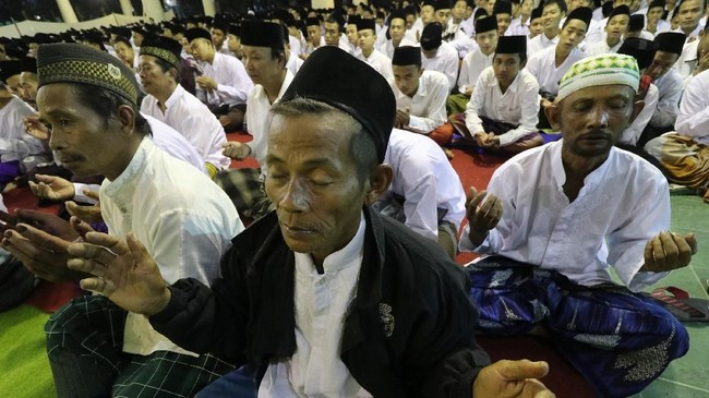Sejumlah santri mengikuti pembacaan Satu Miliar Sholawat Nariyah di Pondok Pesantren Lirboyo Kota Kediri, Jawa Timur, Minggu (21/10) malam. Kegiatan yang diselenggarakan Nahdlatul Ulama dan diikuti ribuan santri dan umum tersebut guna memperingati Hari Santri Nasional. (ANTARA FOTO/Prasetia Fauzani)