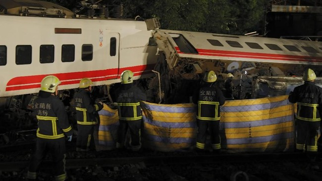 Sementara itu, ratusan personel militer dan tim penyelamat bekerja sama mencari korban yang mungkin masih bertahan hidup di dalam puing kereta. (AFP Photo/Daniel Shih)