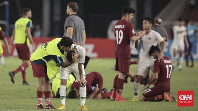 Para pemain timnas Qatar U-19 mencoba menghibur para penggawa Garuda Nusantara usai dikalahkan dengan skor 5-6. (CNN Indonesia/Hesti Rika)