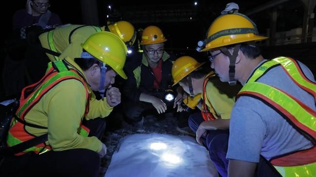 Di hari yang sama, Presiden Taiwan, Tsai Ing-wen, mengunjungi keluarga korban kecelakaan di rumah sakit untuk mengucapkan belasungkawa dan memberikan kekuatan. (AFP Photo/Daniel Shih)