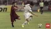 Duel sengit gelandang Timnas Indonesia U-19 Witan Sulaeman dengan bek Qatar Nasir Peer Baksh. Organisasi serangan Garuda Nusantara tidak solid di babak pertama. (CNN Indonesia/ Hesti Rika)