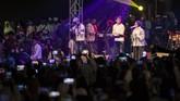 Vokalis Sabyan Gambus, Nissa, (kanan) menghibur ribuan santri saat Puncak perayaan Hari Santri Nasional 2018 di lapangan Gasibu, Bandung, Jawa Barat, Minggu (21/10). Acara yang dihadiri santri dari berbagai daerah tersebut dalam rangka memperingati Hari Santri Nasional ke-3. (ANTARA FOTO/M Agung Rajasa)