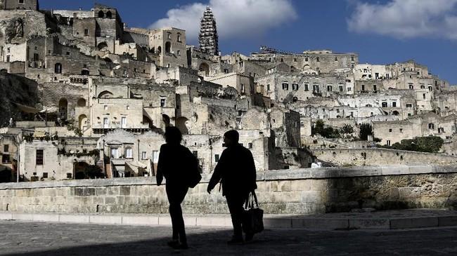 Kota ini pertama kali dihuni oleh Suku Lucani, kemudian dikuasai oleh bangsa Yunani kuno dan Romawi.
