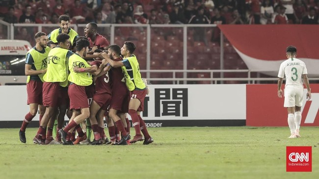 Para pemain Qatar kembali berpesta membobol gawang Timnas Indonesia U-19. Hanya dalam 24 menit, skuat arahan Indra Sjafri sudah tertinggal 0-3 akibat koordinasi pertahanan yang buruk. (CNN Indonesia/Hesti Rika)