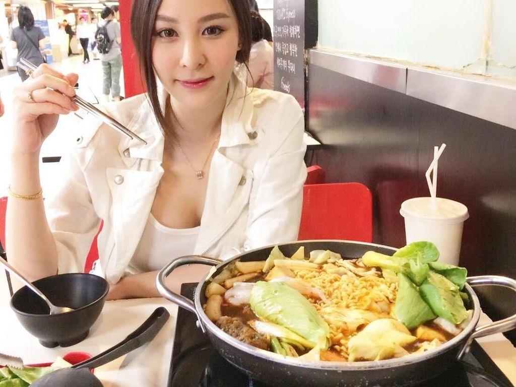 Cantiknya Ploychanok, Penjual Smoothies yang Doyan Makan